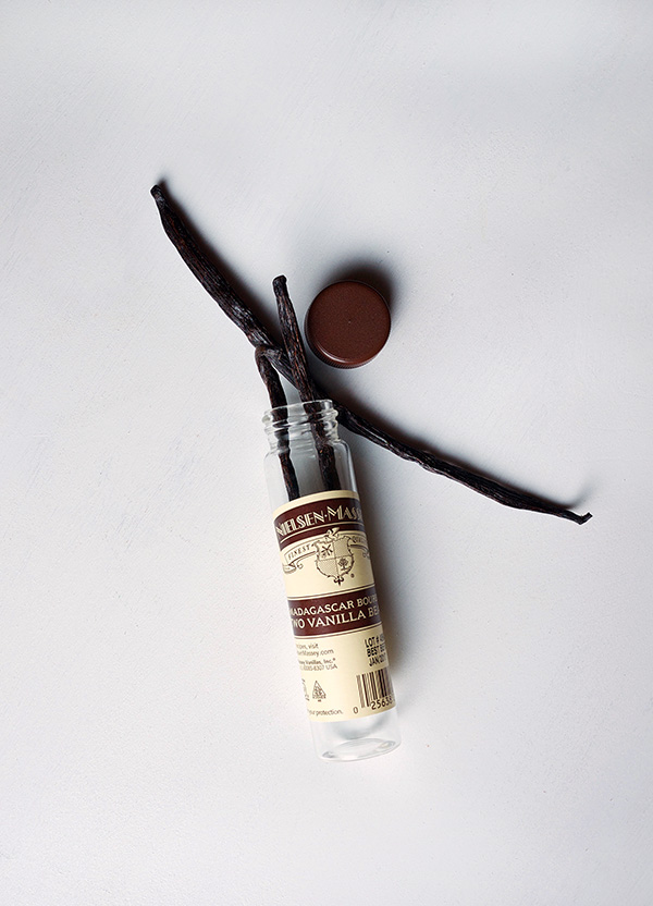 Vanilla Amaretto Sour Cocktail with Nielsen-Massey Vanilla // stirandstrain.com